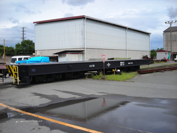 A 300-ton load flatcar is delivered to Kobe Steel.